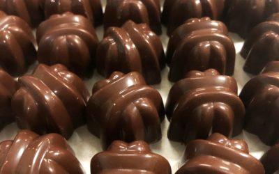 Bombón de chocolate oscuro relleno de kiwi